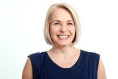 Donna di mezza età sorridente amichevole di affari isolata su fondo bianco Fotografie Stock Libere da Diritti