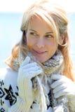 Donna di mezza età in vestiti di inverno fotografia stock