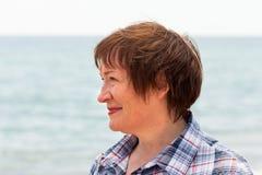 Donna di mezza età vicino al mare Fotografia Stock