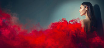 Donna di modello castana splendida in vestito rosso Immagini Stock Libere da Diritti