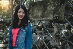 Donna di modello che posa in natura all'aperto con il empt del woood di pubblicità Fotografia Stock Libera da Diritti