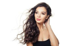 Donna di modello graziosa con capelli marroni lunghi isolati su fondo bianco fotografia stock libera da diritti