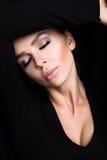 Donna di modello sexy di bellezze bionde circa gli occhi verdi nel maglione nero Fotografia Stock