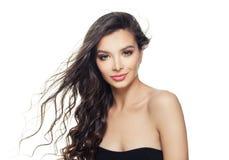 Donna di modello sorridente con capelli sani isolati su fondo bianco fotografia stock libera da diritti