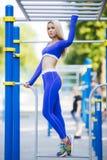 Donna di modello sportiva di forma fisica durante l'allenamento all'aperto di esercizi Bella ragazza di misura Stile di vita sano Fotografia Stock