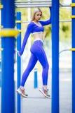 Donna di modello sportiva di forma fisica durante l'allenamento all'aperto di esercizi Bella ragazza di misura Stile di vita sano Fotografie Stock Libere da Diritti