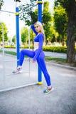 Donna di modello sportiva di forma fisica durante l'allenamento all'aperto di esercizi Bella ragazza di misura Stile di vita sano Fotografia Stock Libera da Diritti
