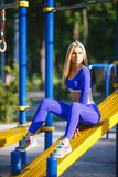 Donna di modello sportiva di forma fisica durante l'allenamento all'aperto di esercizi Bella ragazza di misura Stile di vita sano Immagine Stock Libera da Diritti