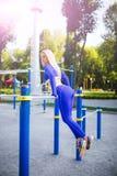 Donna di modello sportiva di forma fisica durante l'allenamento all'aperto di esercizi Bella ragazza di misura Stile di vita sano Immagini Stock Libere da Diritti
