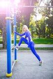 Donna di modello sportiva di forma fisica durante l'allenamento all'aperto di esercizi Bella ragazza di misura Stile di vita sano Immagine Stock
