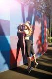 Donna di modello sportiva di forma fisica durante l'allenamento all'aperto di esercizi Bella ragazza di misura Stile di vita sano Immagini Stock