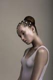 Alte mode. Donna enigmatica stilizzata affascinante. Brown - colore del platino. Futurismo Fotografie Stock