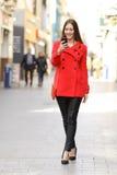 Donna di modo che manda un sms ad uno Smart Phone nell'inverno Fotografie Stock Libere da Diritti