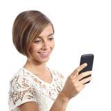 Donna di modo che per mezzo di un telefono cellulare astuto Immagini Stock Libere da Diritti