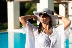 Donna di modo che si rilassa allo stagno della località di soggiorno di lusso Immagine Stock Libera da Diritti