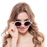 Donna di modo con gli occhiali da sole. Isolato Fotografia Stock