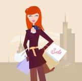 Donna di modo con i sacchetti di acquisto in città Fotografia Stock Libera da Diritti