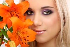 Donna di modo con il fiore Fotografie Stock
