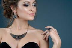 Donna di modo con l'insieme dei gioielli ragazza con il Ne alla moda dei gioielli Immagini Stock