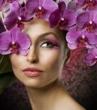 Donna di modo con le orchidee fotografie stock