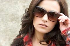 Donna di modo degli occhiali da sole fotografie stock libere da diritti