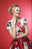 Donna di modo del Pinup che sorride in vestito Immagine Stock