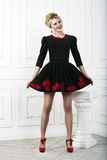 Donna di modo del Pinup che sorride in vestito nero Immagini Stock
