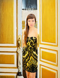 Donna di modo di eleganza nel portello della camera di albergo Immagine Stock Libera da Diritti