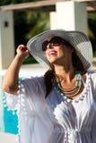 Donna di modo divertendosi allo stagno della località di soggiorno di lusso Immagini Stock