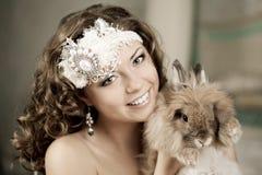Donna di modo nell'interno di lusso con il coniglietto Immagini Stock
