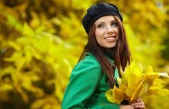 Donna di modo nella sosta di autunno Immagine Stock
