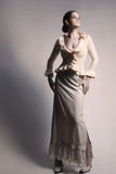 Donna di modo romantico del vestito bianco lungo dalla gonna immagine stock