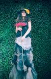 Donna di modo sulla parete naturale delle foglie verdi Fotografie Stock Libere da Diritti