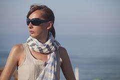 Donna di modo sulla spiaggia Fotografia Stock Libera da Diritti