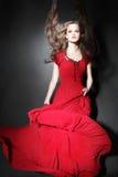 Donna di modo in vestito rosso fotografia stock