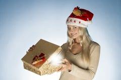 Donna di Natale con il contenitore di regalo Immagine Stock