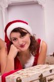 Donna di Natale con il regalo Immagini Stock Libere da Diritti