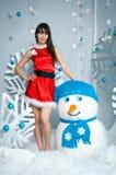 Donna di Natale con un pupazzo di neve Immagini Stock Libere da Diritti