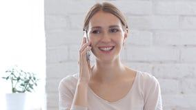 Donna di negoziazione su Smartphone, parlante sul telefono cellulare Immagine Stock