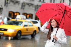 Donna di New York Manhattan con l'ombrello di caduta Fotografia Stock