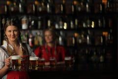 Donna di Oktoberfest con birra Immagine Stock