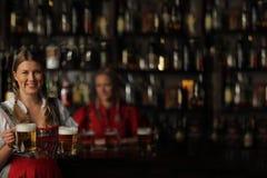 Donna di Oktoberfest con birra Fotografia Stock Libera da Diritti