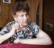 Donna di pensiero anziana Fotografie Stock Libere da Diritti