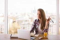 Donna di pensiero che esamina computer portatile Fotografie Stock