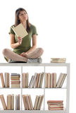 Donna di pensiero che tiene un libro Immagini Stock