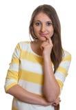 Donna di pensiero con capelli marroni lunghi Fotografia Stock
