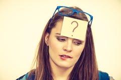 Donna di pensiero con i grandi occhiali e la lampadina Fotografia Stock