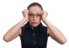Donna di pensiero con i vetri del nerd fotografia stock