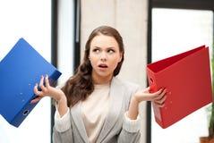 Donna di pensiero o domandantesi incerta con la cartella Fotografia Stock