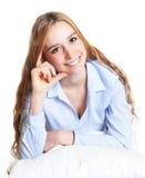 Donna di pensiero su un cuscino che esamina macchina fotografica Fotografia Stock Libera da Diritti